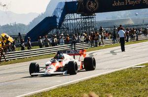 Ganador Alain Prost, McLaren MP4-2 TAG, celebra