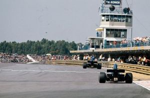 Jackie Stewart, Tyrrell 005 Ford leads François Cevert, Tyrrell 006 Ford past the pits