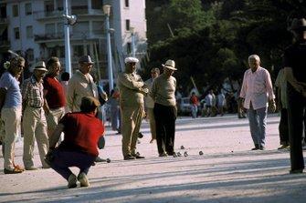 Los franceses locales disfrutan de un juego de petanca en la plaza del pueblo