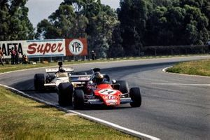 Jean-Pierre Jarier, March 721G Ford devant Denny Hulme, McLaren M19C Ford
