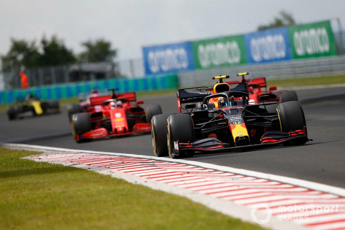 Alex Albon, Red Bull Racing RB16, precede Charles Leclerc, Ferrari SF1000 e Sebastian Vettel, Ferrari SF1000