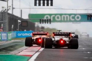 Lando Norris, McLaren MCL35, leads Esteban Ocon, Renault F1 Team R.S.20