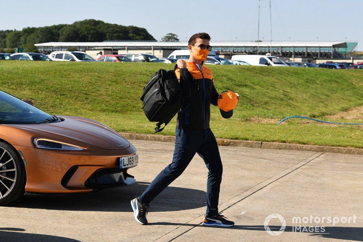 Lando Norris, McLaren, llega al circuito