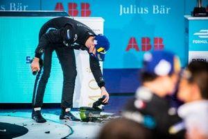Podio: ganador Stoffel Vandoorne, Mercedes Benz EQ