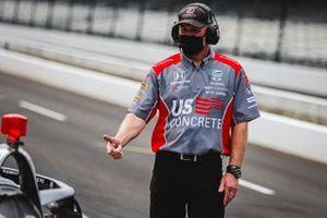 Сотрудник Andretti Herta with Marco & Curb-Agajanian Honda, обслуживающий машину Марко Андретти