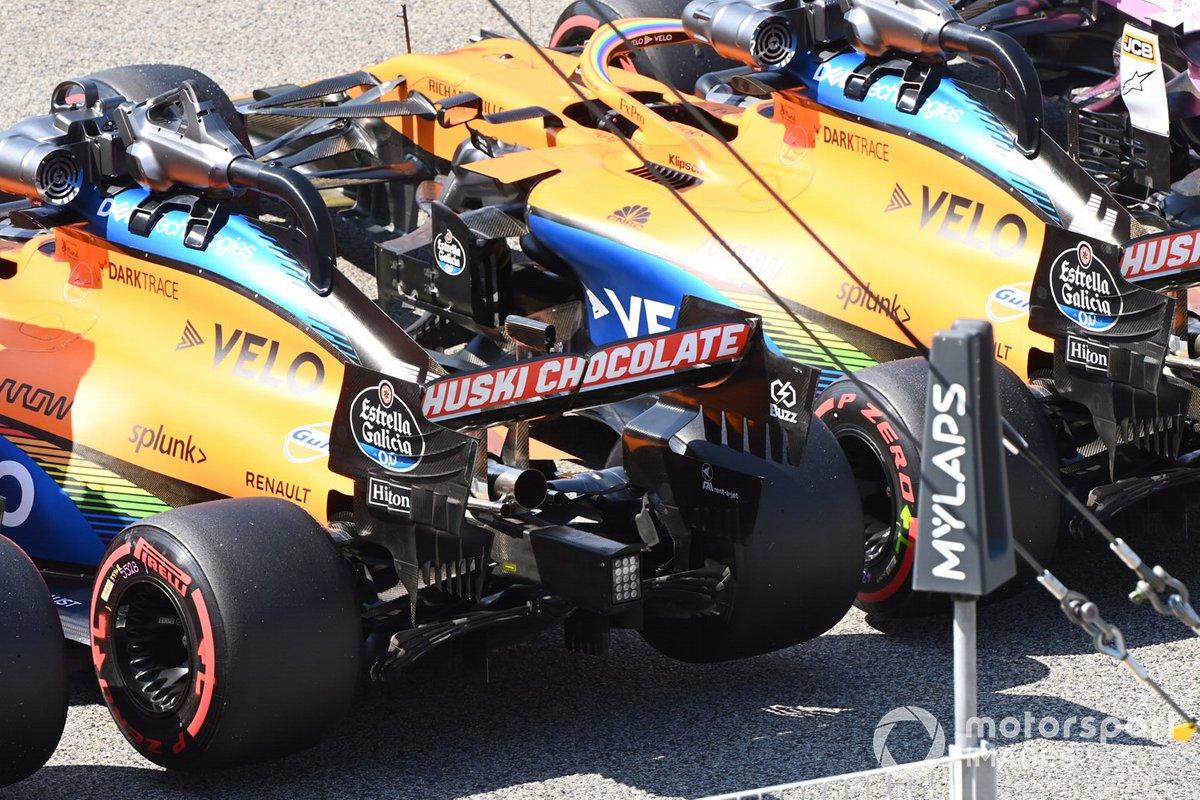 Los monoplazas de Carlos Sainz Jr., McLaren MCL35, Lando Norris, McLaren MCL35, en Parc Ferme