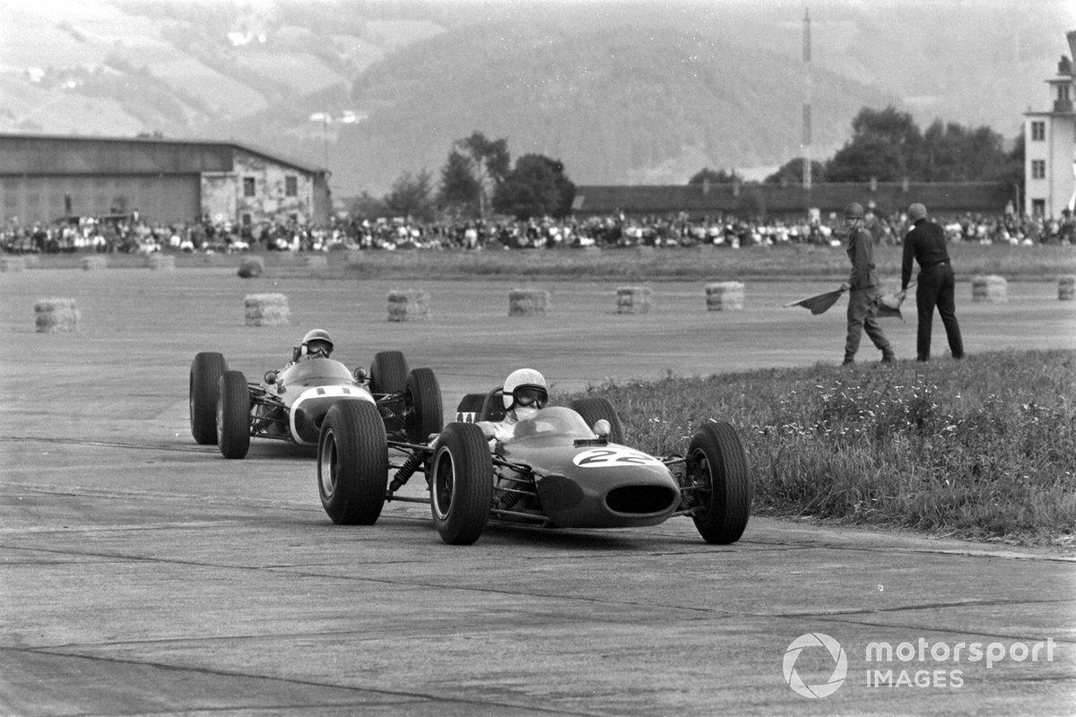 Последним, кому не повезло в этот день, стал Йоаким Бонье ( №11). У шведа, известного в паддоке своей фирменной бородкой, стала падать мощность мотора, и гонщик Brabham постепенно пропуская соперников, опустился с третьего места на шестое