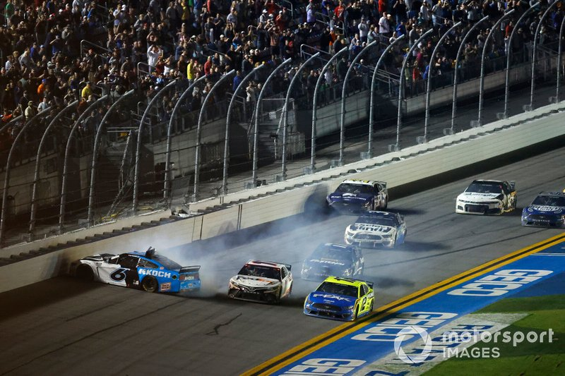 Accidente de la última vuelta Ryan Newman, Roush Fenway Racing, Ford Mustang Koch Industries, Ryan Blaney, Team Penske, Ford Mustang Menards / Peak, Denny Hamlin, Joe Gibbs Racing, Toyota Camry FedEx Express