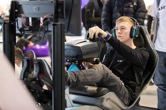 Un fan utilizza uno dei simulatori della serie Le Mans eSports
