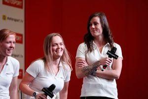 I piloti della W Series Alice Powell, Sarah Moore e Abbie Eaton sul palco dell'Autosport