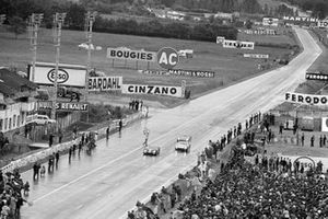 Bruce McLaren, Chris Amon, Shelby American Inc., Ford Mk II, leads Ken Miles, Denis Hulme, Shelby American Inc., Ford Mk II, and Ronnie Bucknum, Richard Hutcherson, Holman & Moody, Ford Mk II, cruzan la meta