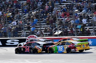 Clint Bowyer, Stewart-Haas Racing, Ford Mustang Mobil 1 / Rush Truck Centers and Kyle Busch, Joe Gibbs Racing, Toyota Camry M&M's