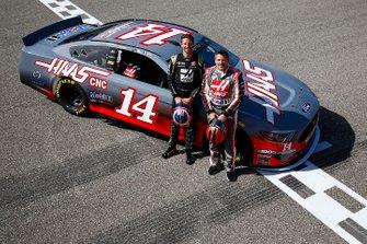 Romain Grosjean, Haas F1 Team Team, y Tony Stewart con un NASCAR
