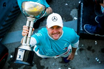 Il vincitore della gara Valtteri Bottas, Mercedes AMG F1 festeggia