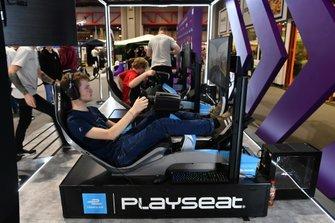 Un aficionado prueba uno de los simuladores en el stand de la Fórmula E