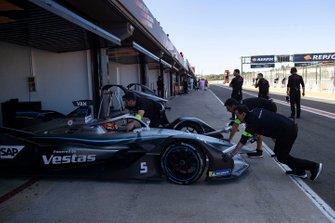 I meccanici spingono la monoposto di Stoffel Vandoorne, Mercedes Benz EQ Formula, EQ Silver Arrow 01 nel garage
