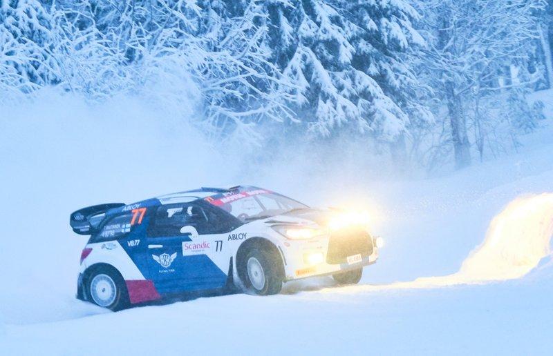 2. Valtteri Bottas mengemudikan mobil Citroen DS3 WRC saat menempuh rute bersalju dalam Reli Arctic Lapland 2020.