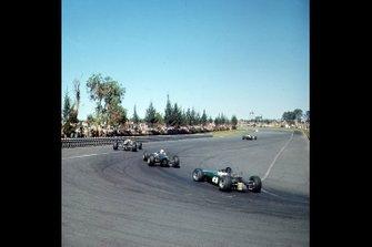Le auto in pista al GP del Messico del 1965