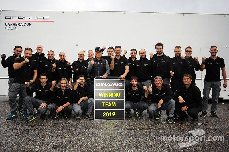 Il team Dinamic Motorsport festeggia la vittoria