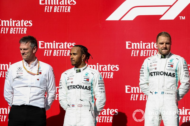 James Allison, direttore tecnico, Mercedes AMG, Lewis Hamilton, Mercedes AMG F1, 2° classificato, e Valtteri Bottas, Mercedes AMG F1, 1° classificato, sul podio