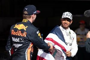 Max Verstappen, Red Bull Racing, 3e plaats, feliciteert Lewis Hamilton, Mercedes AMG F1, 2e plaats, met zijn zesde wereldtitel
