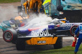 Marshals remove the car of Daniil Kvyat, Toro Rosso STR14, after he suffers engine trouble