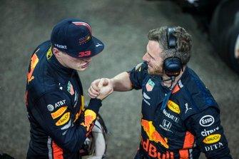 Max Verstappen, Red Bull Racing, secondo classificato, festeggia con il compagno di squadra