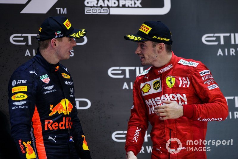 Max Verstappen, Red Bull Racing, secondo classificato, e Charles Leclerc, Ferrari, terzo classificato, parla sul podio