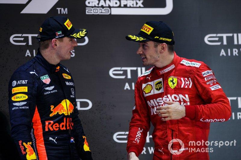Le deuxième, Max Verstappen, Red Bull Racing, et le troisième, Charles Leclerc, Ferrari, 3rd position, parlent sur le podium