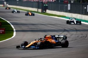 Carlos Sainz Jr., McLaren MCL34, y Lewis Hamilton, Mercedes AMG F1 W10