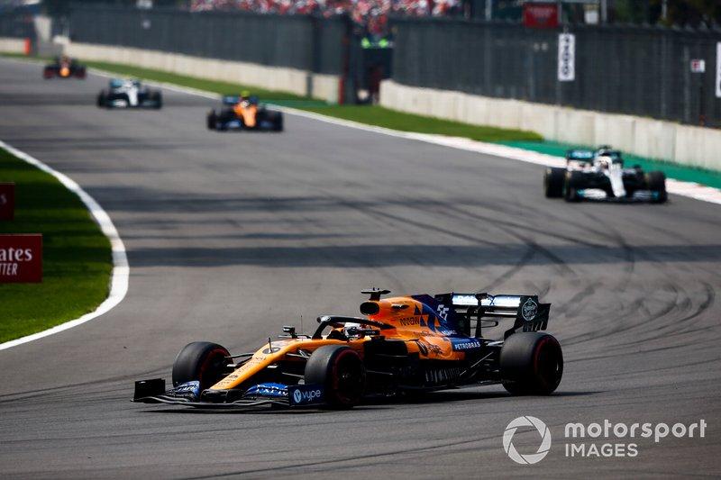 Carlos Sainz Jr., McLaren MCL34, precede Lewis Hamilton, Mercedes AMG F1 W10