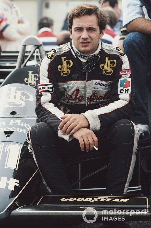 Zandvoort 1984: Elio de Angelis ontspant op de voorwielophanging