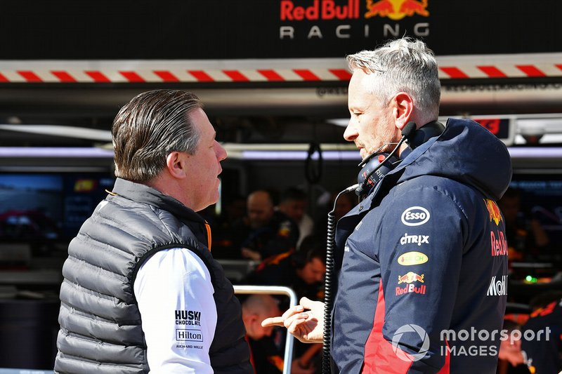Zak Brown, Director Ejecutivo de McLaren, habla con Jonathan Wheatley, Director de Equipo de Red Bull Racing.