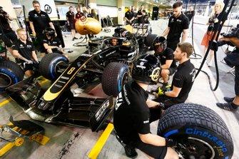 Romain Grosjean, Haas F1 Team, practica un pit stop