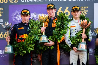 Podium: Racewinnaar Richard Verschoor, MP Motorsport, tweede plaats Jüri Vips, Hitech Grand Prix, derde plaats Logan Sargeant, Carlin Buzz Racing