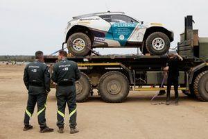 El coche de Catie Munnings, Timmy Hansen, Andretti United Extreme E, en la parte trasera de un vehículo de recuperación
