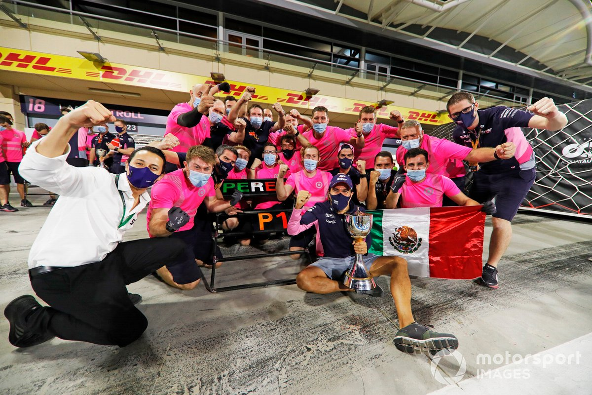 Sergio Perez, Racing Point, primo classificato, e il team Racing Point festeggiano la vittoria