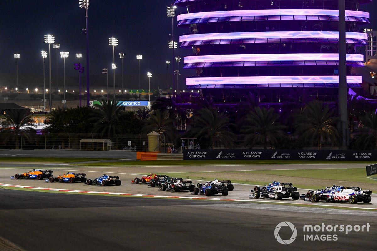 Daniel Ricciardo, McLaren MCL35M, Lando Norris, McLaren MCL35M, Fernando Alonso, Alpine A521, Carlos Sainz Jr., Ferrari SF21, e il resto delle auto alla partenza