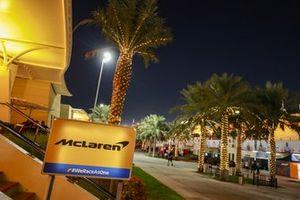 Letrero fuera del motorhome de McLaren