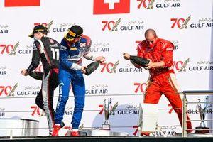 Louis Deletraz, Charouz Racing System, il vincitore della gara Robert Shwartzman, Prema Racing e il rappresentante del trofeo costruttori festeggiano sul podio con lo champagne