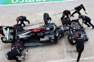 Lewis Hamilton met zijn monteurs