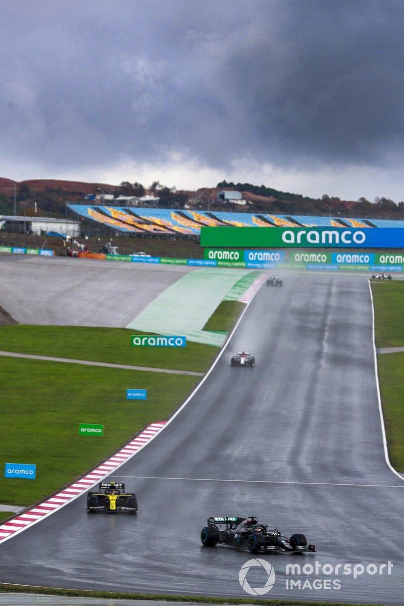 Lewis Hamilton, Mercedes F1 W11, Esteban Ocon, Renault F1 Team R.S.20, en la vuelta de formación