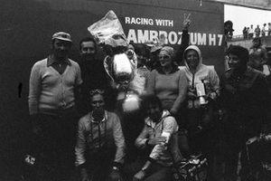 Vittorio Brambilla et des membres de March avec le trophée du vainqueur
