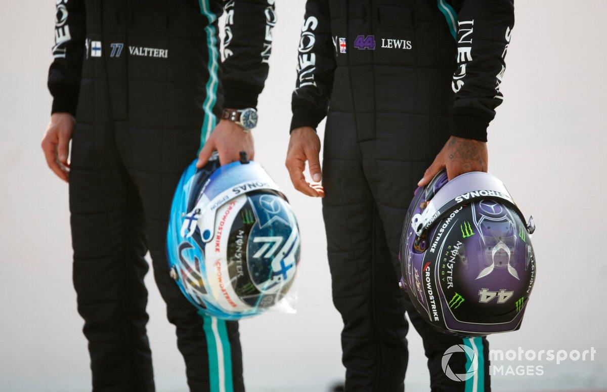 Los cascos de Valtteri Bottas, Mercedes W12 y Lewis Hamilton, Mercedes W12