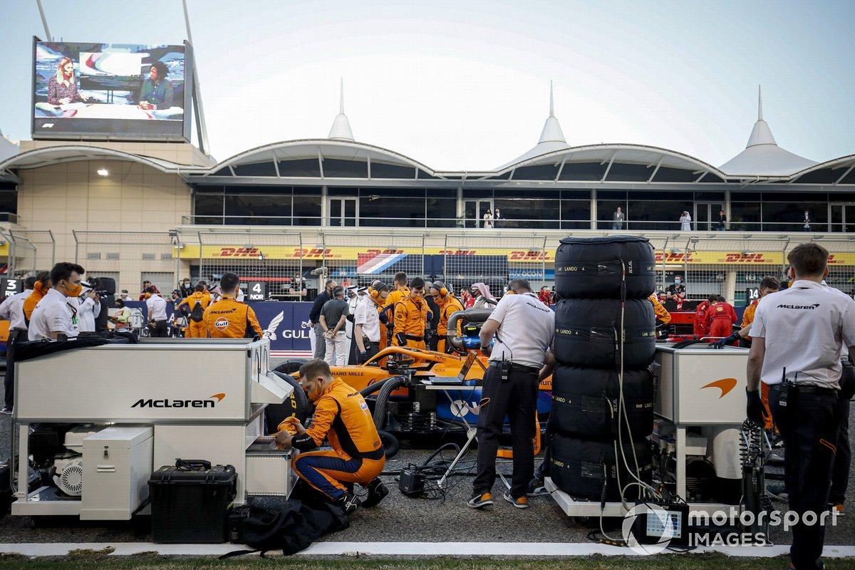 Ingenieros y mecánicos en la parrilla con Lando Norris, McLaren MCL35M