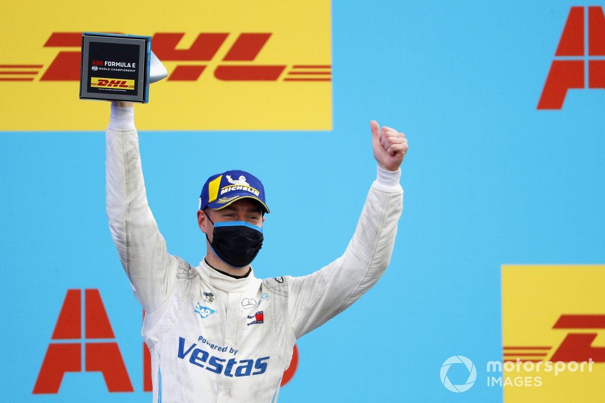 Stoffel Vandoorne, Mercedes-Benz EQ, 3ª posición, con su trofeo