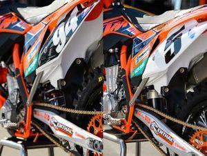 Links de 250-motor van Ken Roczen met conventionele achterdemper, rechts de 450-motor van Ryan Dungey met airshocks