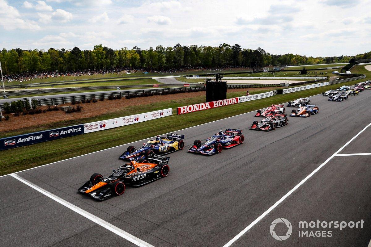 Salida: Patricio O'Ward, Arrow McLaren SP Chevrolet, Alexander Rossi, Andretti Autosport Honda, Alex Palou, Chip Ganassi Racing Honda, Will Power, Team Penske Chevrolet