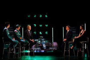 Lance Stroll y Sebastian Vettel, pilotos de Aston Martin, Andrew Green, director técnico de Aston Martin F1, Otmar Szafnauer, Team Principal y CEO de Aston Martin F1, y Gemma Arterton, con el AMR21
