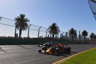 Max Verstappen, Red Bull Racing RB15, voor Valtteri Bottas, Mercedes AMG W10